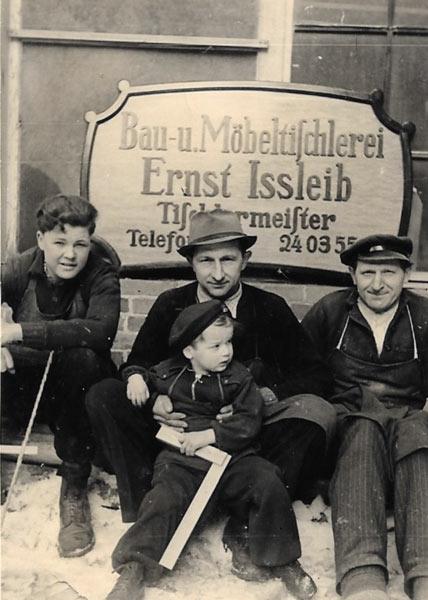 historisches Foto vor der Tischlerei Ißleib